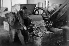 Исторический снимок. Так выглядело производство мыла до революции