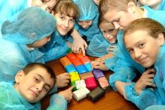 Во время экскурсий школьники практикуются в дизайне упаковки для мыла