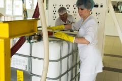 Варщица Ирина организует подачу ингредиентов в реактор