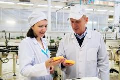 Заведующая лабораторией мыла НЦ Наталья Каратаева и директор производства мыла Геннадий Черноок качеством мыла довольны